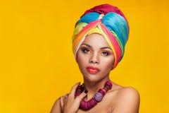 Красивая афро американская девушка нося национальный тюрбан Стоковые Изображения RF