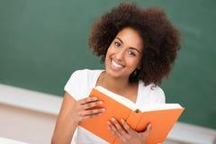 Красивая Афро-американская женщина в классе стоковые изображения rf