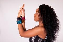 Красивая Афро-американская женщина нося традиционные одежды и стоковое изображение