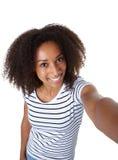 Красивая Афро-американская женщина принимая selfie Стоковые Изображения RF