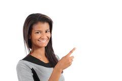 Красивая Афро-американская модельная женщина указывая и представляя рядом с стоковая фотография