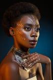 Красивая афро девушка с чертежами на коже Стоковые Изображения