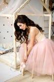 Красивая балерина девушки в классе Портрет молодой красивейшей девушки Стоковые Изображения