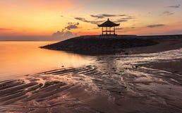 Красивая балийская пагода на пляже на Sanur, Бали, Indones Стоковое фото RF