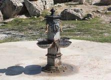 Красивая барочная высекая мраморная работа воды двигателя при каскад бежать холодный источник Стоковая Фотография