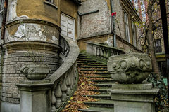 Красивая барочная лестница в покинутом доме в Белграде Стоковое Изображение RF