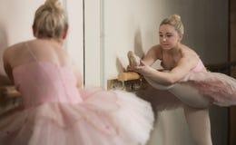 Красивая балерина нагревая с barre стоковое фото