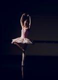 Красивая балерина танцуя pointe en стоковое изображение rf