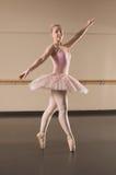Красивая балерина танцуя pointe en стоковое изображение