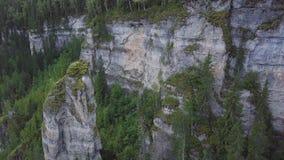 Красивая бдительность горы высокая на горах зажим Огромная долина с толстым взгляд сверху леса евкалипта большого Стоковые Изображения