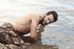Красивая без рубашки армия вползая на море вода Стоковые Изображения