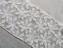 Красивая белая ткань с цветками Стоковое Фото