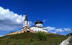 Красивая белая церковь на горе стоковые изображения rf