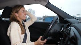 Красивая белокурая девушка водит автомобиль поет и танцует 4K медленный Mo видеоматериал