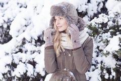 Красивая белокурая девушка во время зимы Стоковое Изображение