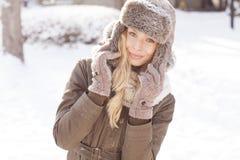 Красивая белокурая девушка во время зимы Стоковая Фотография