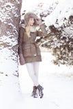 Красивая белокурая девушка во время зимы Стоковая Фотография RF