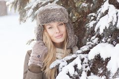 Красивая белокурая девушка во время зимы Стоковые Фото