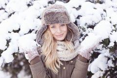 Красивая белокурая девушка во время зимы Стоковое Фото