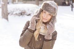 Красивая белокурая девушка во время зимы Стоковые Изображения