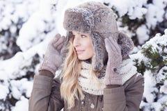 Красивая белокурая девушка во время зимы Стоковые Изображения RF