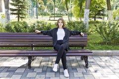 Красивая белокурая девушка 14 лет стоковая фотография