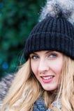 Красивая белокурая девушка перед рождественской елкой outdoors Стоковые Фото