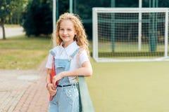 Красивая белокурая девушка со смеяться голубых глазов стоковое фото