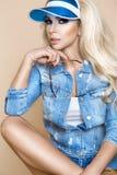 Красивая белокурая женская модель нося куртку и шорты джинсовой ткани стоковые фотографии rf
