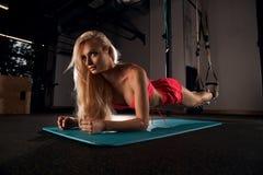 Красивая белокурая женщина выполняя тренировку планки Стоковая Фотография RF