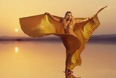 Красивая белокурая женщина исполнительницы танца живота Стоковые Фотографии RF