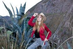 Красивая белокурая женщина нося шляпу outdoors на прерии стоковые изображения rf
