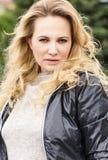 Красивая белокурая женщина с длинными волосами в куртке стоковая фотография rf