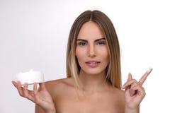 Красивая белокурая женщина с усмехаться сливк кожи стоковое изображение rf