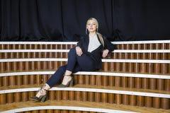 Красивая белокурая коммерсантка с тучными губами на офисе просторной квартиры в костюме владение домашнего ключа принципиальной с Стоковое фото RF