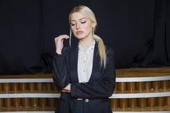 Красивая белокурая коммерсантка с тучными губами на офисе просторной квартиры в костюме владение домашнего ключа принципиальной с Стоковые Изображения