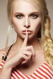 Красивая белокурая молодая женщина с заплетенными волосами Стоковые Фотографии RF