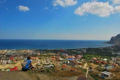 Красивая береговая линия, взгляд на Karadag, Koktebel, море, Стоковые Изображения RF