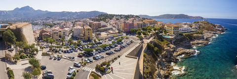 Красивая береговая линия Корсики и исторические дома в Calvi Стоковые Фото