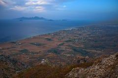 Красивая береговая линия с островом и голубыми морем и небом стоковые фото