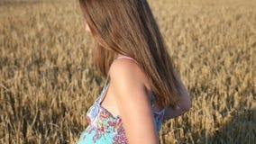 Красивая беременная девушка в поле сток-видео