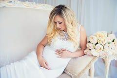 Красивая беременная женщина в ждать младенца Беременность Забота, нежность, материнство, роды Стоковые Изображения RF
