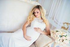 Красивая беременная женщина в ждать младенца Беременность Забота, нежность, материнство, роды Стоковая Фотография RF