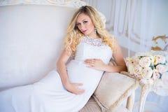 Красивая беременная женщина в ждать младенца Беременность Забота, нежность, материнство, роды Стоковое Изображение