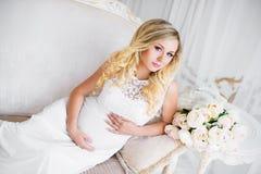 Красивая беременная женщина в ждать младенца Беременность Забота, нежность, материнство, роды стоковое фото rf