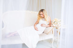 Красивая беременная женщина в ждать младенца Беременность Забота, нежность, материнство, роды Стоковые Фотографии RF