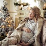 Красивая беременная женщина в комфортабельных одеждах стоковое фото rf