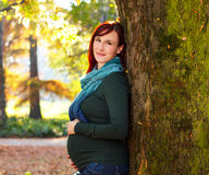Красивая беременная женщина в парке Стоковые Изображения RF