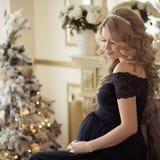 Красивая беременная женщина в платье праздника стоковые фотографии rf