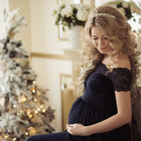 Красивая беременная женщина в платье праздника стоковые изображения rf